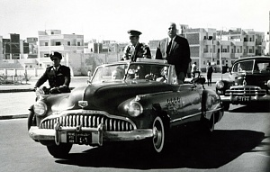 Нажмите на изображение для увеличения Название: Yuri Gagarin in the car, Port Said, Egypt, 1962.jpg Просмотров: 0 Размер:198.1 Кб ID:1370389